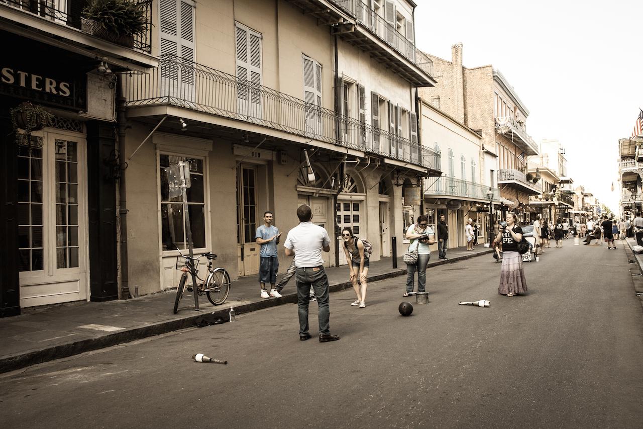 17h30. Fermeture des rues et place aux artistes.