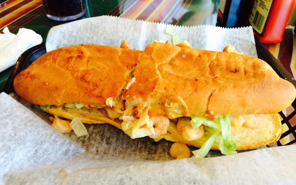 """Le """"Po'Boy"""", ici aux crevettes, sandwich local à base de pain légèrement sucré... Pas cher et bon !"""