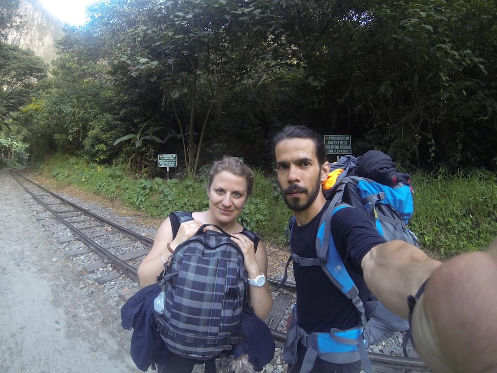 Le sentier au bord des rails nous menant à Aguas Calientes (nous étions encore frais !)