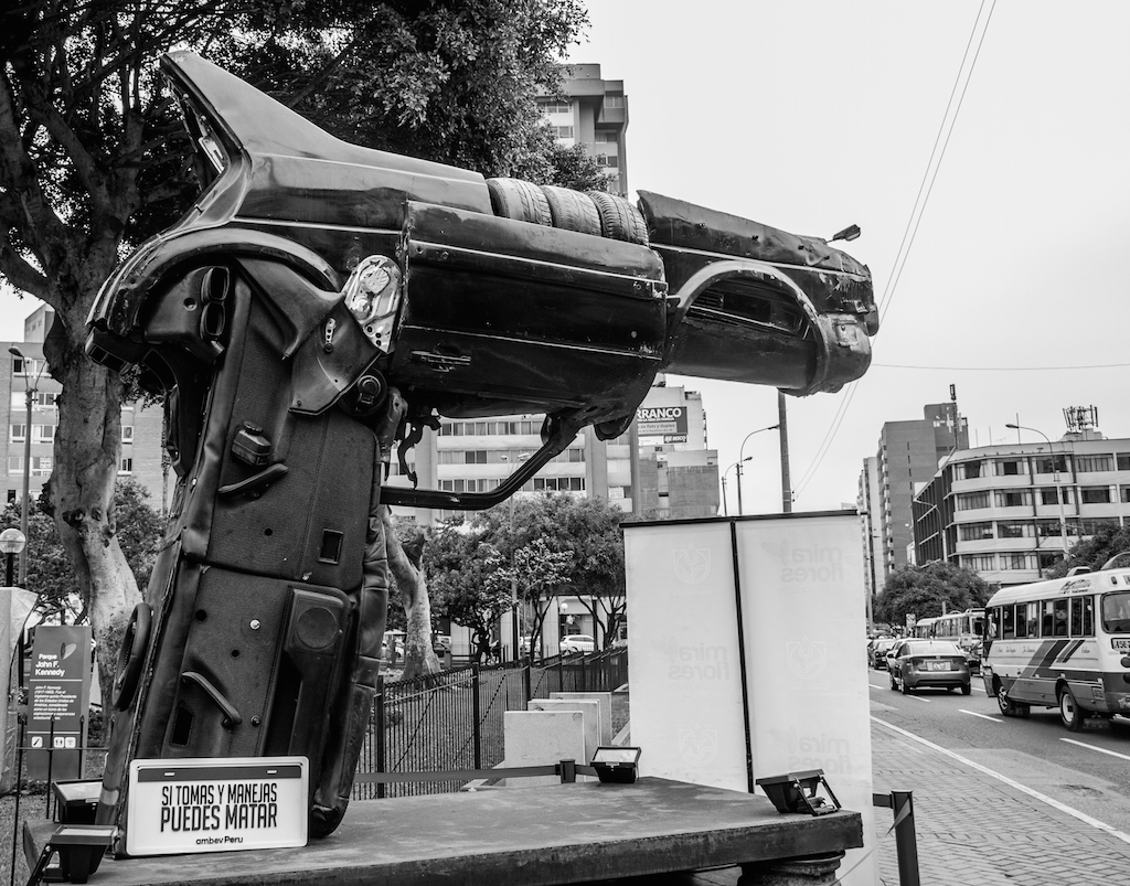 Prévention routière... c'est une voiture ! (Lima)