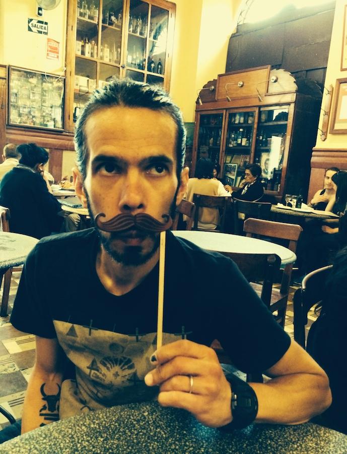 Monsieur Moustache boit sa première Cusquena ( meilleure que l'Inca Kola !)